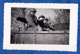 Photo Ancienne Snapshot - Portrait De Militaire à Bord D'un Camion - Voir Casque Uniforme Fusil - Guerre, Militaire