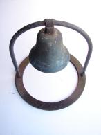 AF. Lot. 643. Trés Vielle Cloche En Bronze Dans Son Cerclage En Acier, Peut être D'une école. (C7. 1000) - Bells