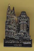 49345-Pin's.Voiron.Isere.les Cafes Du Triomphe.. - Steden