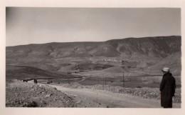 Photo Originale Guerre 39-45 - Soldat Avec Képi En Ballade Dans L'Atlas - Maroc - Village De Montagne En Arrière Plan - Guerra, Militari