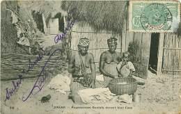 SENEGAL.N°42.DAKAR.REPASSEUSES OUOLOFS DEVANT LEUR CASE - Sénégal