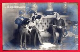La Reine Elisabeth Donnant Une Leçon De Violon A Son Fils Léopold Duc De Brabant, à Ses Côtés Le Roi Albert 1er - Familias Reales
