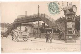 COMPIÈGNE (60). Le Passage à Niveau Et La Passerelle. Locomotive, Attelage, Horloge Colonne D´affichage - Compiegne