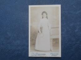 Photo CDV  R. Grimoneau Rue De La Gaité  Paris  Communiante  Tenant Un Grand Livre - Circa 1895 - L251 - Photos