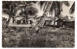 Gabon--PORT-GENTIL--Village Indigène (animée),cpsm 14 X 9 éd Renault Michele....à Saisir.... - Gabon