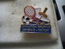 Pin´s Animation Sportive Générale De BELFORT: Tennis,Football,Escrime,P Atinage Ect... - Fencing
