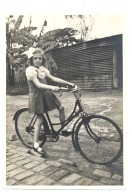 Photo   ( +/- 12 X 16 Cm) Congo Belge - Elisabethville - Fillette En Vélo 1936..37 (b185) - Lieux