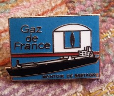 Pin's EDF-GDF: Gaz De France, Montoir De Bretagne   Bateau  P9 - EDF GDF