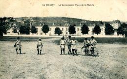 N°49307 -cpa Le Creusot -la Gendarmerie, Place De La Molette- - Police - Gendarmerie
