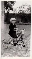 Photo Originale Vélo - Gamine Sur Tricycle Dans Son Jardin Avec Sceaux De Plage Au Guidon En Octobre 1935 - Cyclisme