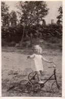 Photo Originale Vélo - Tricycle Métallique & Fillette En 1933 - Cyclisme