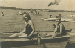 REAL PHOTO,Two Swimsuit  Women On Boat On Beach, 2 Femmes Maillot De Bain  Plage ,old  ORIGINAL - Foto's