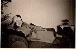 Photo Originale Femme - Jeune Femme Souriante Se Reposant Allongée Sur Un Canapé Vers 1940 à Noël - - Personnes Anonymes