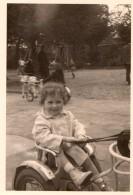 Photo Originale Jeu & Jouet - Fillette Au Parc Sur Vélo-Chevaux - Attelage Enfant Avec Pédalier - - Objetos