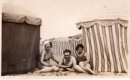Photo Originale Plage Et Maillot De Bain - Un Homme Heureux Le 14.08.1933 - Maillots Et Cabine De Plage En Toile Rayée - Pin-Ups