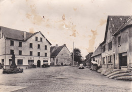 CPSM Dentelée NB De LARODDE (63)  -  L' Hôtel Et La Poste  // TBE Mais Taches Dans Le Ciel - Autres Communes
