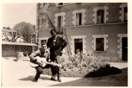 Photo Originale Musique - Les Rockers Et Guitare Sèche Classique - Black Et Banane Dans Le Jardin - Anonymous Persons