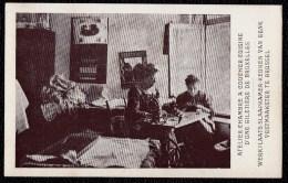 CPA Bruxelles, Exposition Du Travail A Domicile 1910 - UNE GILETIERE DE BRUXELLES - Petits Métiers