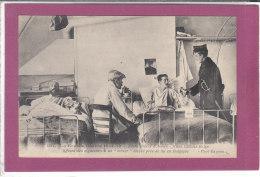 """LA GRANDE GUERRE 1914-15 Entre Frères D' Arme  - Jeune Officier Belge Offrant Des Cigarettes à Un """"Vitrier"""" Blessé - Oorlog 1914-18"""