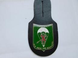 Insigne Militaire Avec Cuir( No Pin´s ), Parachustiste , Fallschirmjäger Bataillon 261 , Wie Pech Und Schwefel - Deutsch - Militair & Leger