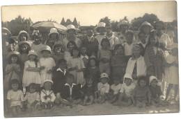 44  LE  POULIGUEN    CARTE  PHOTO   GROUPE D  ENFANTS   SUR  LA  PLAGE ( A  GAUCHE  LA MAIRIE  ACTUELLE ) - Le Pouliguen