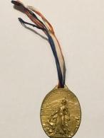 Médaille Militaire - Journée Serbe, WW1 - Grande Guerre - 1916, Métal Doré Embouti, Petit Ruban, Bon état, Scans. - France