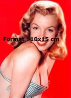 Reproduction D'une Photographie De La Jeune Marilyn Monroe En Maillot De Bain Vert Rayé Posant Sur Un Fond Rouge - Reproductions