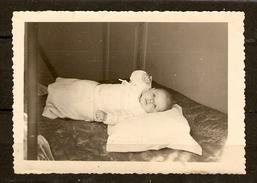 PHOTO ORIGINALE 30 MARS 1952 BÉBÉ DANS SON LANGE - 2 Scans  - - Persone Anonimi