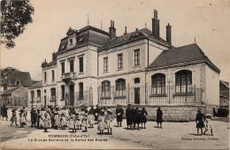 Pommard : Le Groupe Scolaire Et La Sortie Des écoles (Editeur Drouhin, Coiffeur) - Other Municipalities