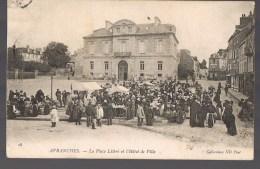 AVRANCHES . La Place Littré Et L'Hôtel De Ville . Jour De Marché .
