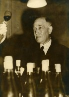 Royaume Uni Keith Mackenzie Examinant Un Vin De Bourgogne Ancienne Photo 1949