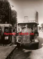 Reproduction D'une Photographie D'un Chauffeur De Bus Parisien Faisant La Charge De Son Bus En 1943 - Reproductions