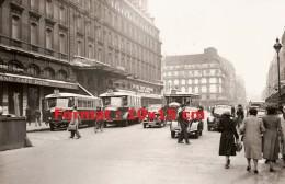 Reproduction D'une Photographie D'une Scène De Rue Avec 3 Bus Parisien Circulant En 1950 - Reproductions