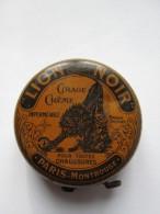 """ANCIENNE ET RARE  BOITE METAL ORANGE  """" LION NOIR """",PARIS,MONTROUGE,DIAM. 8 CM,CIRAGE - Cajas"""