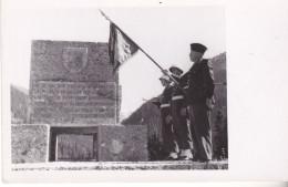 PHOTO DE LA 450 EME COMPAGNIE DE TRANSPORT( ARMEE FRANCAISE) A HALL EN AUTRICHE LEVEE DRAPEAU VERSO PHOTOGRAPHE LANDHAUS - Militaria
