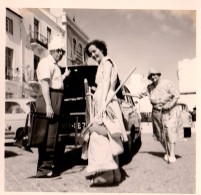 Photo Originale Voiture à Identifier - Chargement De Coffre Pour Départ à La Plage & Pique Nique Avec La Grand-mère - Cars