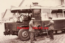 Photographie Du Nettoyage Du Gazogène D'une Bus Parisien En 1942 1943 - Reproductions
