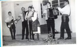 Kingdom YU. Macedonia. Esma Redzepova & Stevan Teodosijevcki Band. Two Photos 9X13 Cm. - Personas Identificadas