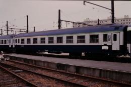 Photo Diapo Diapositive Train Locomotive Voiture Couchettes 1ère 2ème Classe Paris Gare De Lyon Le 16/06/1995 VOIR ZOOM - Diapositives