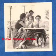 Photo Ancienne Snapshot - Groupe De Femme à Une Terrasse - Cruche Publicitaire Berger - Blague Joke Mode Vintage Girl - Non Classificati