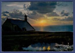 29 CLEDEN-CAP-SIZUN Coucher Soleil Sur Chapelle Saint-They Pointe Du Van, Dans Lointain Phare De La Vieille - Cléden-Cap-Sizun