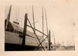 Photo Originale Chantiers Navals D'Antibes - Camp S.N.C.F. à Juan Les Pins En 1949 - Voilier Coque Bois - Schiffe