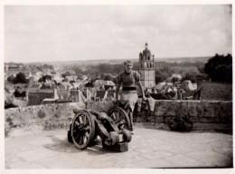 Photo Originale Indre-et-Loire 37600 - Loches - Femme Sur La Tour Du Château Avec Canon Et Tour St Antoine En 1939 - Plaatsen