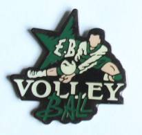Pin's  E.B VOLLEY BALL - Le Joueur Blanc Et Vert -  F242 - Volleyball