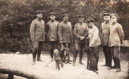 CP Photo Juin 1915 MANRE (près Vouziers) - En Forêt, Officiers Allemands Au Camp D'Uhsingen, Torpille, Chien (A142, Ww1) - Unclassified