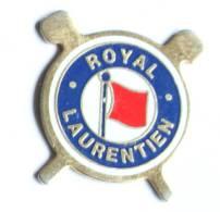 Pin's ROYAL LAURENTIEN - Drapeau Rouge Et Clubs De Golf -  F267 - Golf