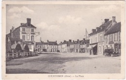 COURTOMER - La Place - Café De La Mairie - Commerce Félix Potin - Pompe à Essence - Voiture - Courtomer