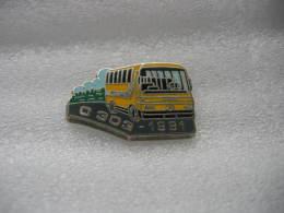 Pin's Bus, Autocar De Voyages De Marque MERCEDES, D303 De 1991 - Transport Und Verkehr