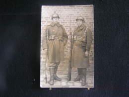 K-n°329 / Deux Soldats, En Uniformes / Circulé - Uniformes