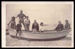 Postal Fotografico Particular: Familia Na Praia, Dentro De Barco (Povoa Varzim ?) PORTUGAL - Porto